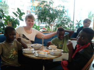 Patin mit den Kindern ihrer Patenfamilie